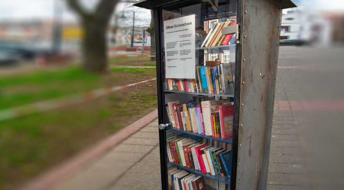 Bücherschrank aufgestellt