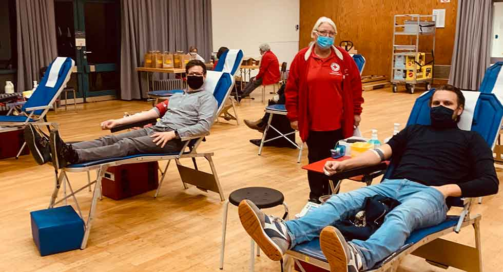 Copyright: Stadt Aachen BU: Bezirksamtsleiter Ron-Roger Breuer (rechts) und sein Stellvertreter Stephan Schmitz (links) folgen dem Aufruf von Marita Lynen, Vorsitzende des DRK Ortsverbandes Haaren zur Blutspende.